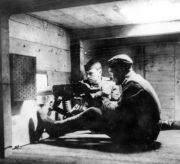 Bojový prostor kulometného vozu improvizovaného obrněného vlaku během slovenského povstání s obsluhou kulometu vz. 24. Foto sbírka VHÚ.