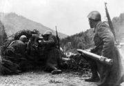 Obsluha slovenského protitankového kanonu 7,5cm PAK-40 během Slovenského národního povstání. Foto sbírka VHÚ.