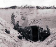 Českoslovenští vojáci před původně německým objektem Atlantického valu během obléhání francouzského města Dunkerque. Foto sbírka VHÚ.