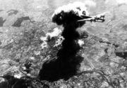 Pohled na bombardér B-24 Liberator ze dne 23. 8. 1944 po úspěšném bombardování pardubického letiště a rafinerie Fanto Werke A.G. Foto sbírka VHÚ.