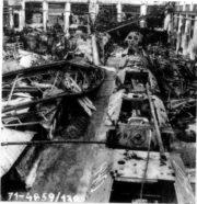 """Následky amerického náletu na Prahu 25. 3. 1945, kdy jeden z hlavních cílů byly Vysočany se závody ČKD. Na snímku jsou vidět poničené rozpracované stíhače tanků Jagdpanzer 38 (t) """"Hetzer"""" vyráběné na upraveném podvozku tanku LT. vz. 38. Foto sbírka VHÚ."""