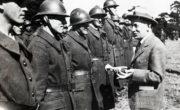 Rozhovor mezi prezidentem Edvardem Benešem s československými vojáky v Cholmondeley. Foto sbírka VHÚ.