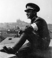 Příslušník Revoluční gardy, po skončení Pražského povstání v květnu 1945. Foto sbírka VHÚ.
