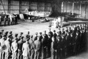 Polní mše v hangáru na letišti, kde působili českoslovenští letci ve Velké Británii. Foto sbírka VHÚ.