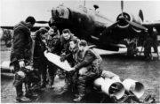Československá osádka bombardérů Vickers Wellington Mk.I, od 311. československé bombardovací perutě RAF. Foto sbírka VHÚ.
