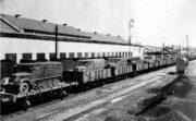Za okupace se na území protektorátu vyráběly zbraně pro Třetí říši. Na snímku je zachycen vlakový transport polopásových dělostřeleckých tahačů vyráběných ve Škodových závodech v Plzni. Foto sbírka VHÚ.