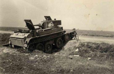 Sovětský tank BT-7 vyřazený v bojích s Němci roku 1941