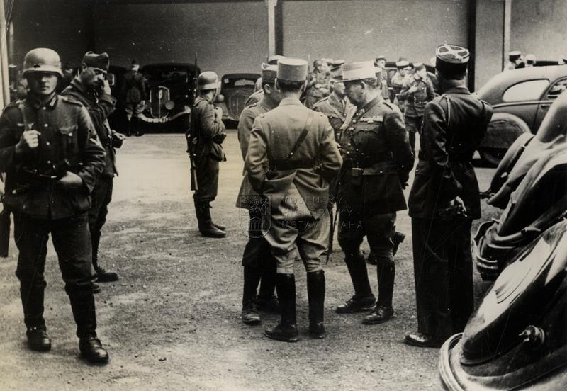 Zajatí francouzští důstojníci s německými strážemi roku 1940