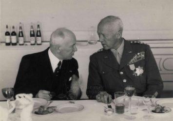 Generál Patton, dekorovaný Řádem Bílého lva