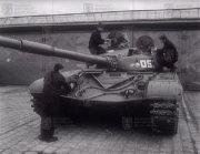 Osádka ošetřuje tank T-72