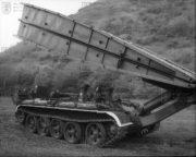 MT-55A pokládá mostovku
