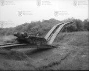 Mostní tank MT-55A pokládá další navazující mostovku
