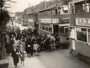 Londýnské školačky nastupují do připravených dvoupatrových tramvají během evakuace v září 1939. FOTO: © TfL from London Transport Museum collection
