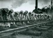 Nácvik pro případ plynového útoku v depu londýnského metra v Neasdenu v roce 1940. FOTO: © TfL from London Transport Museum collection