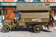 """Tzv. """"Battle Bus"""", neboli dvoupatrový autobus typu B, který se poprvé objevil v ulicích metropole nad Temží v roce 1910, před budovou Muzea londýnské dopravy. V této úpravě sloužil k transportu britských vojáků na francouzských a belgických bojištích v letech 1914–1918. FOTO: © TfL from London Transport Museum collection"""