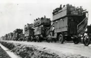 "Kolona ""Battle Buses"" kdesi ve Francii v roce 1914. FOTO: © TfL from London Transport Museum collection"