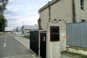 Vstup do památníku. Táborová ulice s rekonstruovanými původními baráky. Vpravo správní budova používaná dosud slovenskými ozbrojenými silami. FOTO: J. Plachý