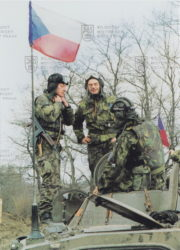 Osádka BVP-1 během působení 4. průzkumné roty KFOR