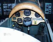 Palubní deska DH-82 A Tiger Moth obsahovala jen nejnutnější přístroje, jimž dominoval vodorovný kompas
