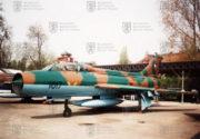 Žlutá číslice na přídi cvičného Suchoje Su-7 U znamená, že stroj má úspěšně nalétáno 2 000 hodin