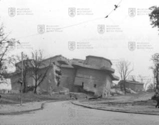 Pohled na protiletadlovou věž v Berlíně po odstřelu v roce 1948