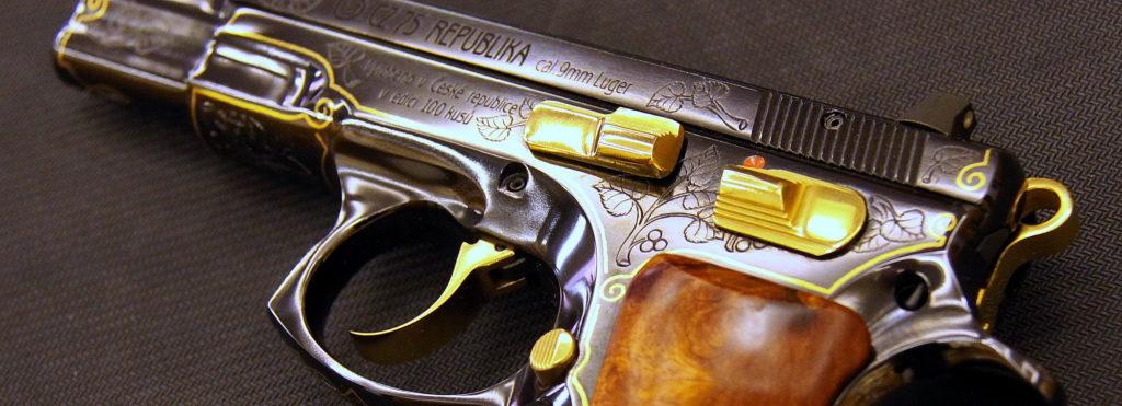 VHÚ získal od České zbrojovky dvě unikátní pistole zedic Republika a Anthropoid