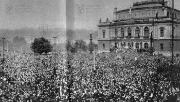 Demonstrace proti odstoupení pohraničí dne 22. 9. 1938 na dnešním Palachově náměstí v Praze