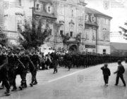 Slavnostní pochod 1. výsadkové průzkumné roty v Luštěnicích