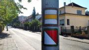 V Komořanech vede Stezka svobody souběžně se žlutou značkou. Foto Andrej Halada.