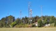 Antény radioamatérů na jižní straně vrchu Čihadlo. Jsou umístěny na původních zodolněných objektech velitelského stanoviště a dalších zodolněných objektech 11. PLRO. Foto Andrej Halada.