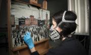 Konzervátorka muzea dokončuje restaurování Lowryho obrazu. FOTO: Richard Ash/Andrew Tunnard