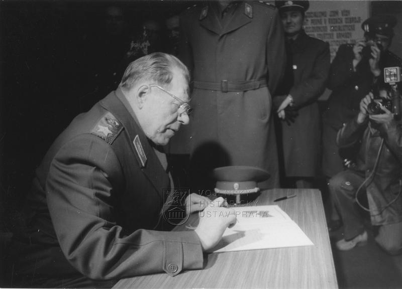 Maršál Ustinov na návštěvě ČSSR roku 1977