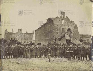 Němci před poničenými francouzskými budovami za prusko-francouzské války