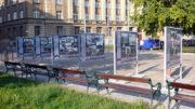 Výstava Československá zahraniční armáda v roce 1940, umístěná před budovou Generálního štábu AČR v Praze 6, na Vítězném náměstí