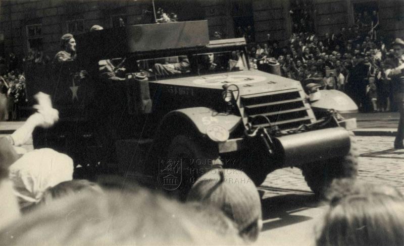 Polopásové vozidlo čs. brigády na přehlídce vPraze