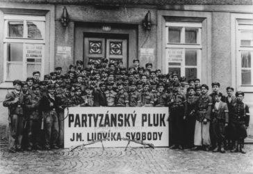 Skupinový snímek příslušníků Partyzánského pluku Ludvíka Svobody