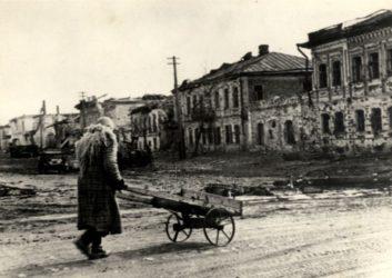 Sovětská civilistka vBělgorodě poničeném za druhé světové války