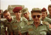 Dobový snímek ze Zálivu: plukovník Ján Valo (vpravo), velitel Československého samostatného protichemického praporu