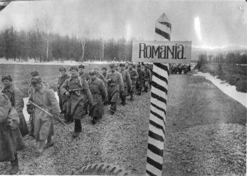 Sovětská pěchota počátkem jara 1944 překračuje rumunskou hranici