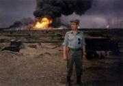 Dobový snímek ze Zálivu: velitel Československého samostatného protichemického praporu, plukovník Ján Valo před hořícími ropnými poli v Kuvajtu