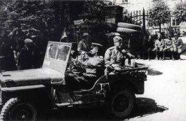 Jeep Willys MB se sovětskými vojáky při osvobození Československa