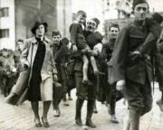 Tyto mobilizované muže doprovázeli domácí i zahraniční fotoreportéři pražskými ulicemi na Masarykovo nádraží, odkud odjížděli do pole. Tento a další snímky vznikly 27. září 1938. Povšimněte si zejména muže v brýlích s chlapcem, jenž byl patrně jeho synem. Do místa odjezdu jej doprovázela též jeho manželka. FOTO: VÚA‒VHA