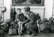 Chvíle otce-záložníka se synem před nástupem mobilizovaných vojáků do transportu. FOTO: VÚA‒VHA