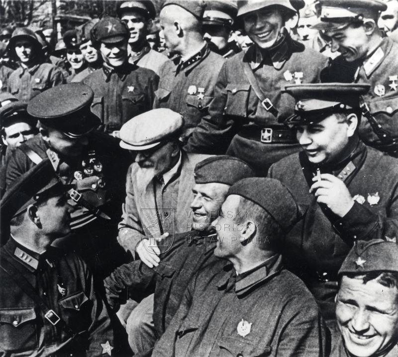 M. I. Kalinin svojáky Rudé armády