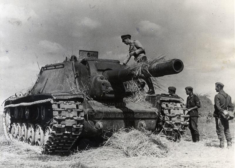 Vyřazené sovětské těžké samohybné dělo SU-152