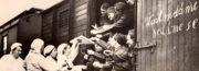 Skupina žen, patrně dobrovolných sester Československého červeného kříže, nabízí mobilizovaným mužům horký nápoj a svačinu před cestou na místo určení. FOTO: archiv Karel Straka