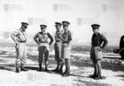 Českoslovenští důstojní v době taktického cvičení s britským plukem Royal Scots Greys 30. ledna 1941. Druhý zprava velitel československého pěšího pluku 11 - Východního pplk. Karel Klapálek. (MO ČR)