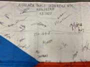 Detailní pohled na státní vlajku ČR ze základny Koulikoro s podpisy příslušníků 2.ÚU AČR MALI. Foto sbírka VHÚ.