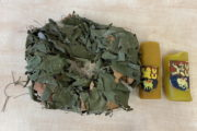 Adventní věnec vyrobený z izolačního kabelu a maskovací plachty, který čeští vojáci používali v průběhu adventu v roce 2019, a dvě svíce se znakem Duchovní služby AČR používané při bohoslužbách na základně v Koulikoro. Foto sbírka VHÚ.