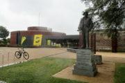"""Muzeum """"The D-Day Story"""" v Portsmouthu. V popředí socha maršála Bernarda Montgomeryho. FOTO: Jiří Plachý"""